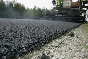 Kommunen lägger knappt två miljoner kronor på beläggningsarbeten nästa år. Foto: Mikael Fritzon/Scanpix