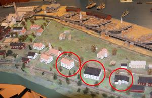De hotade husen markerade på Folke Hübinettes modell av Svartvik kring 1930, med nuvarande Hotell Aina i mitten. Byn ses från väster med järnvägen framför husen och landsvägen bakom dem. Uppe till vänster i bild syns herrgården och de bevarade gamla industribyggnaderna.