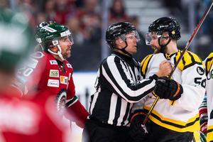 Det blev gurgel mellan Frölundas Joel Lundqvist och Brynäs Jonathan Sigalet. Bild: Mathias Bergeld/Bildbyrån