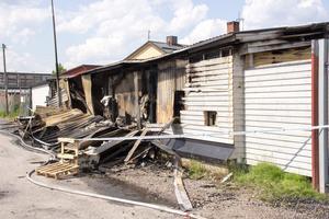 Branden ska ha börjat på den här sidan av garagelängan.