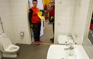 Kundtoaletten har såväl toalettstol som handfat för både stora och små, visar Cecilia Wennberg Stener.