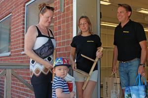 Kunden Jenny Lindberg med sonen Matthew kikar förbi butiken för att lämna gåvor.