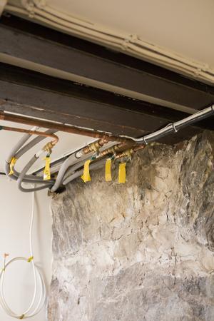 I taket i källaren finns räls som vittnar om husens historia.