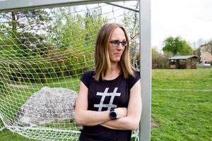 Amanda Karlkvist utanför sitt hem på Bjurhovda.