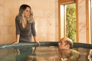 Hänsynslösa Wall Street-chefen Eva (Salma Hayek) skrämmer upp sin före detta guldkalv, datorgeniet Anton (Alexander Skarsgård). Pressbild: Nonstop entertainment