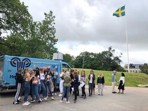 Fryxellska skolan har cirka 850 elever. På måndagsmorgonen firade årskurs sex till nio skolstarten med glass. Foto Susanne Alm.