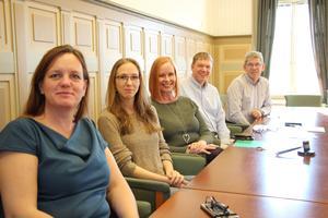 Lotta Grönlund Plöen (M), ny gruppledare i Moderaterna, Marlene Zackrisson (L), Ylva Pettersson (M), Lars Berg (C) och Leif Brohede (KD) ingår i Alliansen som nu tar över makten i Skara.