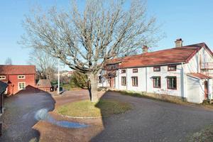 Omsorgsfullt renoverad gård mitt i centrala Hedemora. Gården har anor från mitten av 1700-talet.Foto: Svensk Fastighetsförmedling
