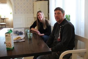 – Idkerberget har dragits med dåligt rykte. Men det har skett en förändring som inte kommit fram riktigt, säger Johanna Lindgren, här  i köket tillsammans med Kasper Dalkvist.