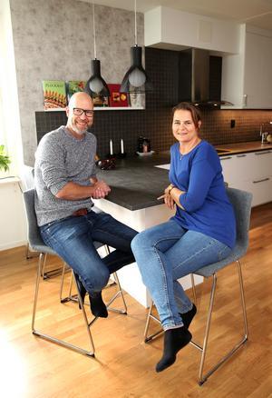 Från början ville Bosse ha ett grönt kök, men till sist kom paret överens om ett vitt kök med gråa detaljer.