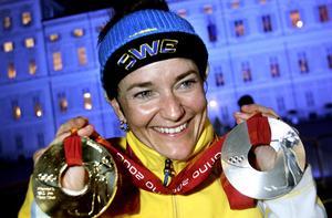 Anna Carin med guldmedaljen från masstarten och sitt silver från sprinten i samband med karriärens höjdpunkt: OS i Turin.