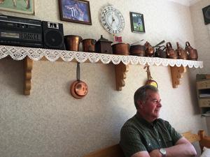 Knut Berg sitter i köket i sitt hem på Bärstigen i Malung. På väggarna syns foton på hans sonsöner Marcus och Jonatan från tiden i IFK Göteborg.