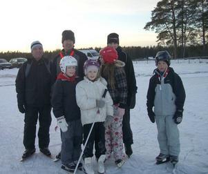 Skridskoåkning på Öjaren. Björn Sundling, Per Henriksson, Frida Henriksson, Matilda Bejmar, Anna Bejmar, Nea Henriksson och Erik Sundling tog en tur på Öjaren i går eftermiddag.