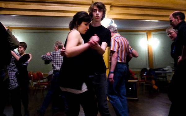Det gäller att ha tungan rätt i mun för att följa med i alla turer, Olof Runsten från Alsen med danspartnern Stina Hylén från Revsund.