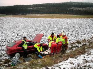 Bilen fick endast mindre skador trots den vådlig färden nedför slänten på E14 vid Vattjom. Det tog tid för ambulanspersonalen och räddningstjänsten att försiktigt få ut föraren från det krockade fordonet.
