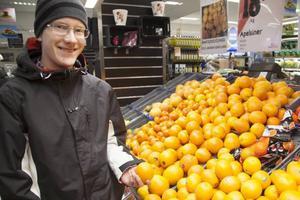Vidar Hedin, PilgrimstadVidars pappa handlar all frukt och då mest bananer och apelsiner. Vidar är allergisk mot stenfrukter vilket innebär att han inte kan äta de frukter som har kärnor. Innan han blev allergisk var favoritfrukten äpple.