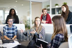 Att investera i framtida entreprenörer, som oavsett om de går till en anställning eller startar egna företag, kommer skapa jobb och skatteintäkter. Foto: Pixabay.com.