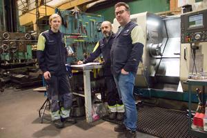 Basem Habib trivs med arbetskamraterna på Midroc i Hofors. Här poserar han med Pontus Nilsson och arbetsledaren Magnus Almgren.