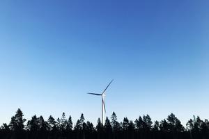 Ett vindkraftverk har en produktionstid på 20-25 år. Sedan är hela konstruktionen utarmad och måste monteras ner, skriver signaturen.