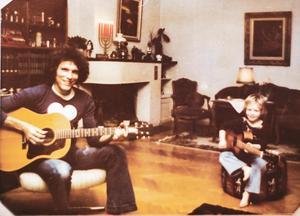Örjan Sandler:– Vi bjöd hem honom sedan där vi bodde min fru och jag och då kom han och hade med sig en gitarr och en högtalarbox och spelade för oss då.På bilden syns Jorma Kaukonen spela tillsammans med Örjans son Torbjörn Sandler.
