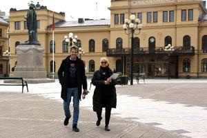 Anders Tjacka och frun Lotta Holmlund på Stora torget i Sundsvall.