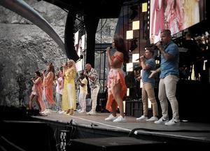Alla dansare och artister framför ett nummer tillsammans. Foto: Olle Ekman