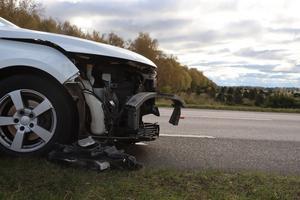 En av de skadade bilarna vid krocken utanför Axvall.