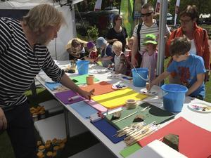 Peter Apelgren deltar i ett skaparprojekt för barn på sommarlägret Side by side, i regi av musikskolan El Sistema.