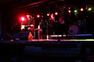 Plura Jonsson var flankerad av gitarristen tillika sonen Axel Jonsson, basisten Jonatan Lundin, trumslagaren Zackarias Ekelund, keyboardisten Marcus Aborelius samt sist men inte minst en av stjärnorna för kvällen: Freja Drakenberg, längst bak i mitten, på slagverk, keyboard och gitarr.