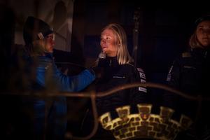 Maja Dahlqvist blir intervjuad på rådhusets trappa under invigningsceremonin. Under VM i Seefeld i år blev hon, tillsammans med Stina Nilsson, världsmästare i sprintstafett.