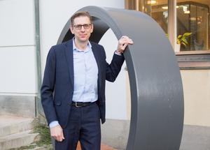 Erik Bohman poserar vid en stor ring, en produkt som går till vindkraftsindustrin och som säljer bra trots de kärva tiderna.