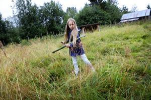 Elina Mårtensson från Frösön har greppat lien på fäbodlägret i Östnårbuan.