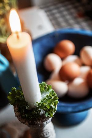Grönkål, lingonris eller enris är fint som ljusmanschetter eller servettdekorationer