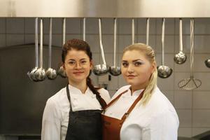 Moa Berghall och Blenda Thiger i köket på Björklunden.