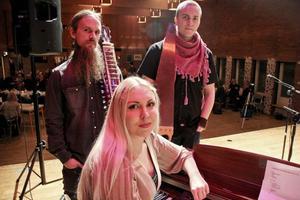 Trion Lötgärdet, med Linda Helin, Marcus Bertilsson och Mats Jonsson på scenen.