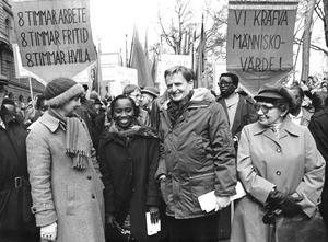 Sally Mugabe hade kontakt med svenska socialdemokrater. Förta maj 1979 tågade hon genom Stockholm till sammans med Lisbeth och OlofPalme, vilka flankerar Sally Mugabe på vilden. Foto: Paul Rimmerfors