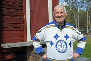 Lasse Stenvall med sin gamla matchtröja från 70-talet. Tre SM-guld hann han med att vinna med A-laget, och ett som junior.