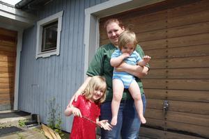 Emma Elvnäs med döttrarna Liv, 2, och Julia, 5.