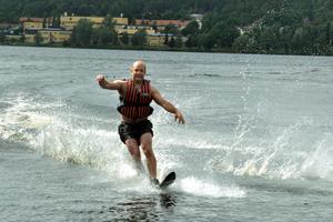Per Eriksson, ungdomskonsulent i Säters kommun, åker  vattenskidor under Summer camp i Säter 2013.