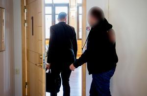 Advokat Christian Shumkov, med portfölj i handen, på väg in till rättegången med sin klient. Foto: Gunnar Stattin