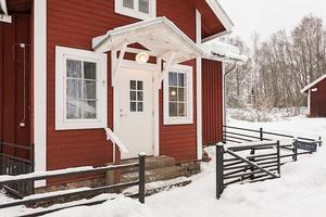Denna lilla villa norr om Ulvshyttan i Borlänge kommun var det tredje mest klickade dalaobjektet på Hemnet under vecka 3. Foto: Skandiamäklarna