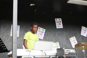 Deogracias Taiari Emani spelade Despacito på keyboard.