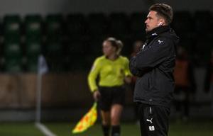 Umeås tränare Robert Bergström var inte nöjd med spelet i den första halvleken.