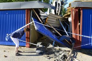 Kerstin Engström försöker kika in i garaget för att se vilka skador hennes bil drabbats av.