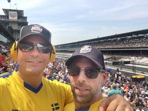 Robert Persson Östlund och Anders Höök på plats på plats på en av huvudläktarna på Indianapolis Motor Speedway, precis vid depån, under fredagsträningen. Foto: Privat