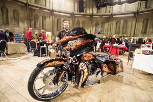 Arti Peteri, medlem i MC-klubben ARM MC var med på mässan. Inte så mycket på grund av sin klubb som att han tillverkar MC-relaterade kläder och accessoarer i läder. Motorcykeln hade han med för att locka folk.