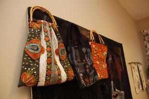 En gång i månaden har gruppen ett gemensamt tema. Vid ett tillfälle tillverkade de väskor.