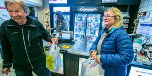 Bengt Åke Jåma och Aina Bye bor höst och vinter i Levanger, och vår och sommar i Lierne. Här har de betjänats av  Carina Enarsson från Gäddede som mestadels jobbar i förbutiken, som är ombud för Systembolaget och Posten.