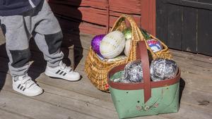 Här och där låg det påskägg som barnen var nyfikna på.