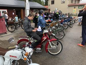 Mopederna är uppställda vid Tempo i Ramsjö innan avfärd.